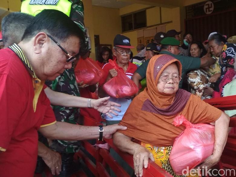 Ribuan Warga Antre Sembako di Klenteng Tulungagung