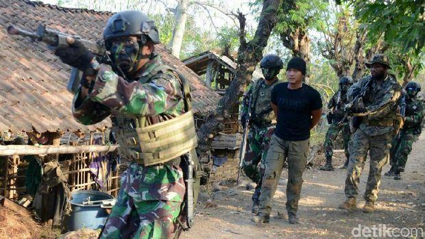 Marinir Indonesia dan Amerika Serang Kampung yang Dikuasai Musuh