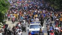 Aksi long march tersebut nampak dikawal oleh polisi. Massa, menurut polisi, ingin menyampaikan aspirasi terkait peristiwa mahasiswa Papua di Malang dan Surabaya, Jawa Timur.