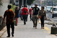 Sejumlah warga melintas di trotoar Cikini