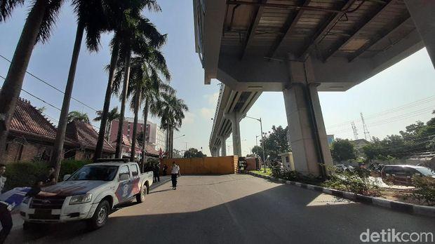 Truk Kontainer Terguling, Jalan di Bawah Stasiun LRT Palembang Tertutup