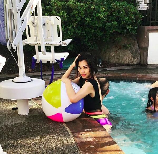 Wanita cantik ini sekarang menetap di Los Angeles. Ini liburannya saat menikmati Santa Monica, California (adindabakrie/Instagram)