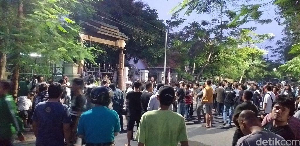 Mahasiswa Papua membantah telah membuang bendera merah putih ke selokan depan asrama mereka di Jalan Kalasan, Surabaya. Mereka juga mengaku tidak tahu-menahu soal terpasangnya bendera itu.