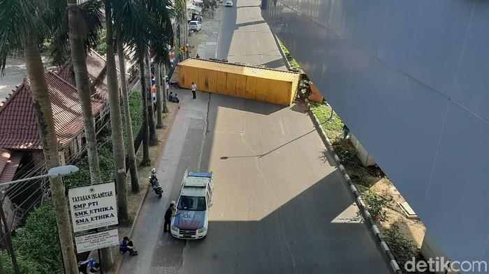 Truk kontainer terguling, jalan di bawah Stasiun LRT Palembang tertutup (Foto: Raja Adil Siregar/detikcom)