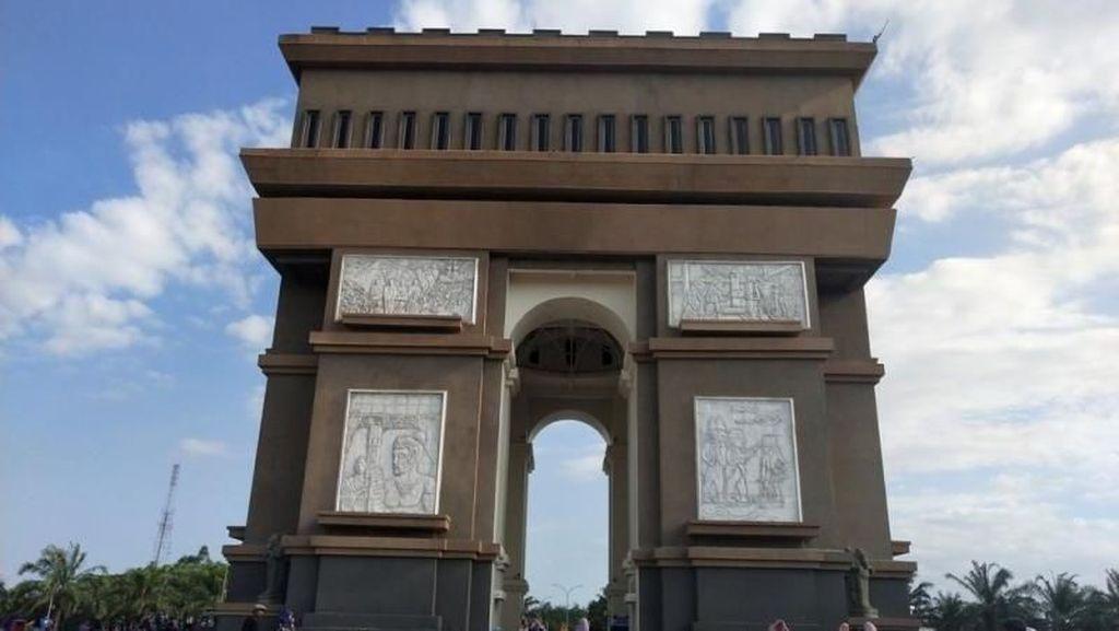 Monumen Simpang Lima Gumul Bikin Kediri Serasa di Paris