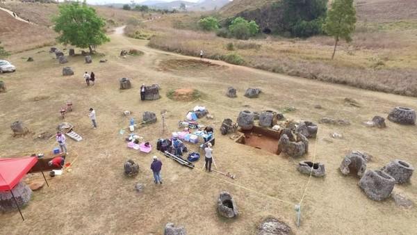 Sejak tahun 2016, mulai terlihat secercah harapan dari penggalian arkeologis ini. Para arkeolog menemukan adanya tengkorak di balik bangunan toples ini (Australian National University)