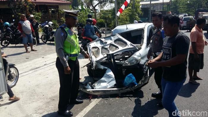 Mobil yang ringsek dalam kecelakaan di Kabupaten Pasuruan/Foto: Muhajir Arifin