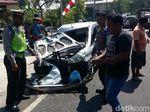 Sebuah Hatchback Ringsek Usai Tabrak Truk, 3 Orang Luka-luka