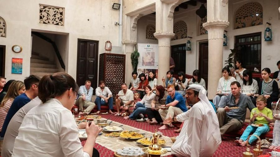 Sheikh Mohammed Centre for Cultural Understanding (SMCCU) ada di kota tua Al Fahidi yang bersejarah di Dubai, Uni Emirat Arab. Wisatawan dari segala bangsa dan agama, bisa belajar tentang Islam yang damai sambil makan bareng dengan menu khas Dubai. (Visit Dubai)