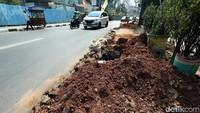 Proyek galian kabel membuat Jalan Raden Saleh tampak berserakan tanah.