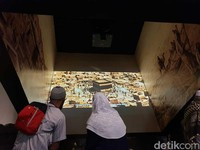 Ada 10 area dengan cerita berbeda di Museum Ashaabee. Dimulai dari perjuangan Nabi dan para sahabat di Makkah dan berakhir di Madinah. Ini merupakan peta Kota Makkah pada zaman Rasullulah (Ardhi/detikcom)