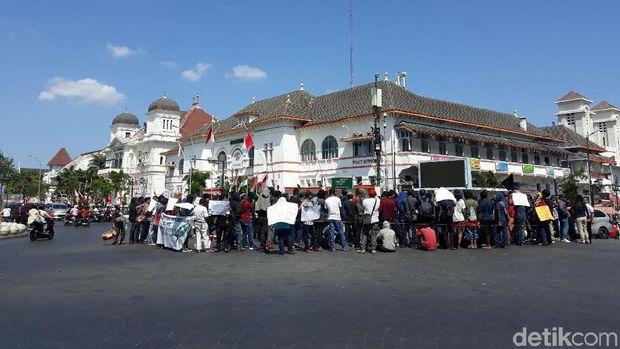 Aksi damai di Titik Nol Kilometer Yogyakarta.