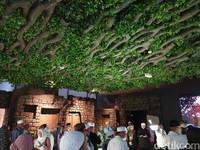 Sementara bagian atap rumah menggunakan dedaunan dan ranting pohon (Ardhi/detikcom)