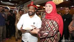 Staf Khusus Presiden Untuk Papua Bertemu Khofifah dan Risma