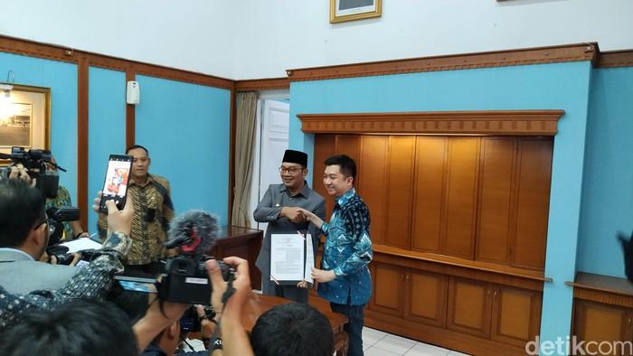 Gubernur Jawa Barat Ridwan Kamil dan CEO Tokopedia William Tanuwijaya. Foto: Mukhlis Dinillah