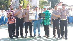 Apresiasi Polisi untuk Dua Siswa yang Panjat Tiang Bendera di Probolinggo