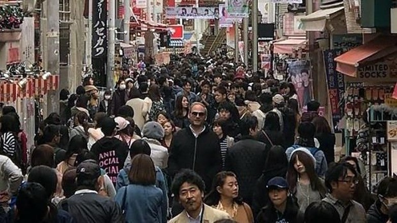 Traveler bertubuh tinggi yang liburan ke Jepang (dok. Istimewa)