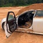 Waduh, Pria Ini Tega Kubur Mobil Kekasihnya