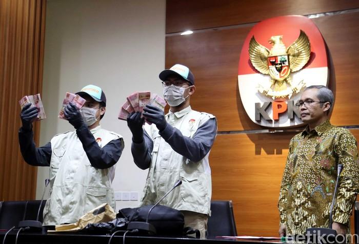 Barang bukti yang dipamerkan KPK terkait OTT jaksa (Foto: Pradita Utama/detikcom)