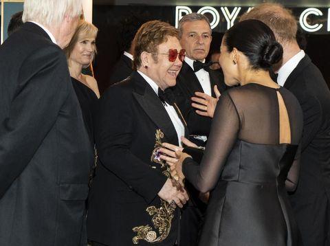 Elton John menyalami Meghan Markle saat premier 'The Lion King' di London beberapa waktu lalu.