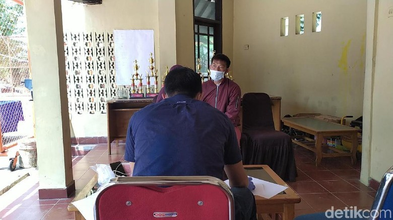 Pakai Masker, Bos Salon Seks Gangbang Diperiksa di Mapolres Garut