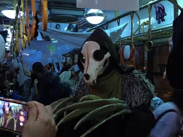 Hanya saja, kemeriahan Yokai Train tahun ini telah usai. Apabila penasaran, traveler bisa coba datang ke Jepang tahun depan dan naik kereta hantu tersebut bila penasaran (Twitter)