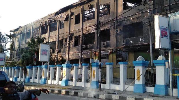 Gedung Majelis Rakyat Papua yang terbakar pascakerusuhan di Manokwari, Papua Barat, Senin (19/02).