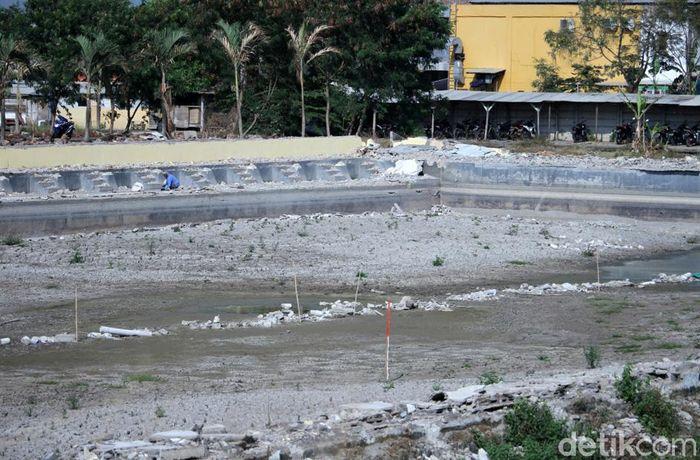 Proyek pembangunan kereta cepat Jakarta-Bandung terus dikebut pengerjaannya. Sebuah empang di Tegalluar, Kecamatan Bojongsoang, Kabupaten Bandung, pun terkena imbas pembangunan kereta cepat tersebut.
