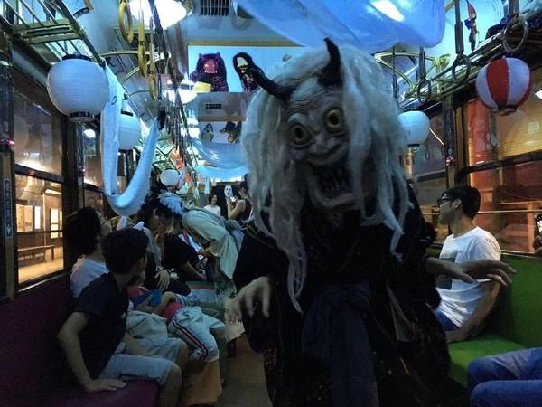 Penumpang yang memakai kostum hantu atau siluman malah bisa mendapat potongan harga tiket kereta hingga 50%. Walau tidak gratis, tapi lumayan juga (Twitter)