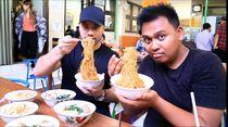 Mampir ke Bandung, Bule Amerika Ini Santap Yamien, Bakso hingga Ceker