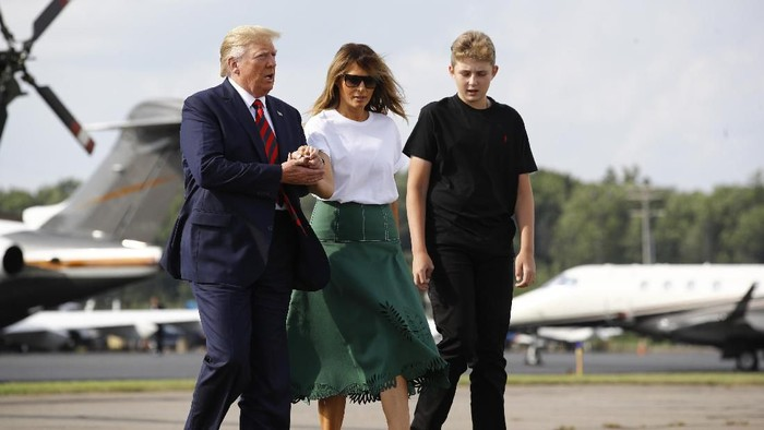 President Donald Trump, first lady Melania Trump and Barron Trump board Air Force One at Morristown Municipal Airport in Morristown, N.J., Sunday, Aug. 18, 2019, en route to Andrews Air Force Base, Md. (AP Photo/Patrick Semansky)
