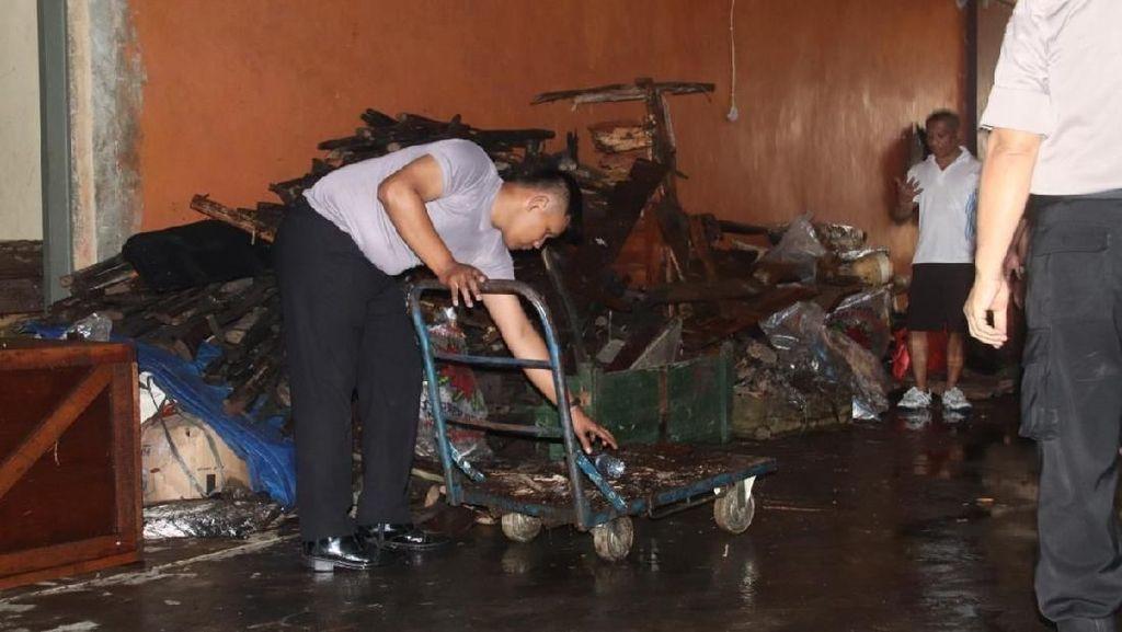 Puing Sisa Kebakaran di Ruang Bawah Tanah Polda Metro Dibersihkan