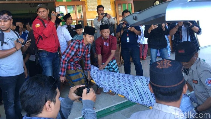 Saat jenazah korban akan dimasukkan ke mobil ambulans/Foto file: Enggran Eko Budianto