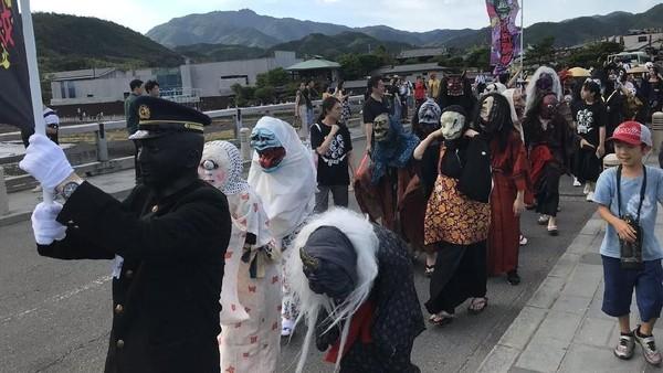 Momen ini berbarengan Festival Obon yang dianggap warga Jepang sebagai waktunya roh leluhur kembali ke bumi. Peluncurannya pun diawali dengan parade hantu dan siluman (Twitter)