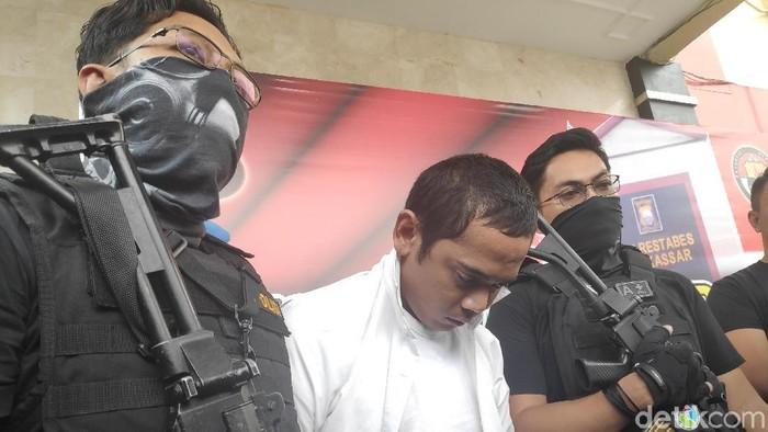 Polisi menangkap Rachmat Taqwa, caleg terpilih DPRD Kota Makassar, Sulsel, terkait kasus narkoba. (Muhammad Taufiqurrahman/detikcom)