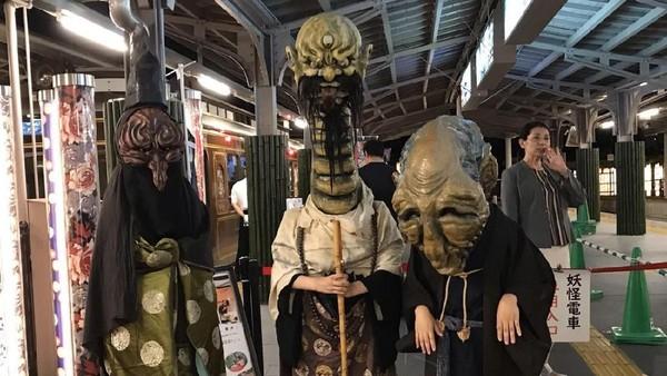 Para hantu dan siluman yang mau naik kereta. Tentu bukan dalam artian sesungguhnya ya traveler (Twitter)