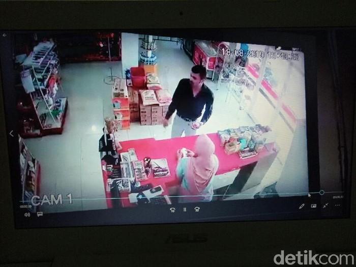 Aksi pencurian yang terekam CCTV/Foto: Ardian Fanani