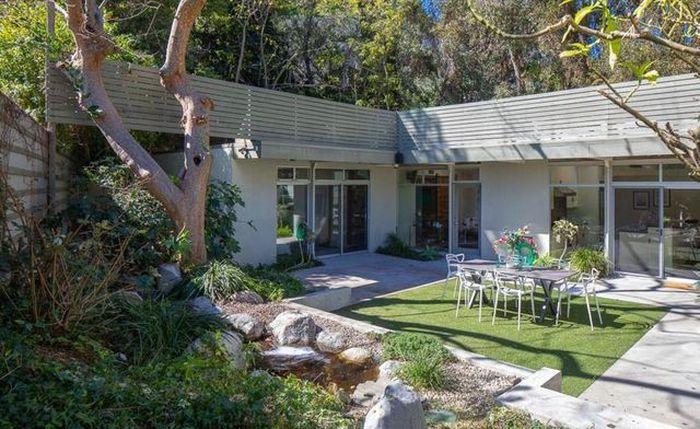 Baru-baru ini, wanita yang juga berprofesi sebagai penyanyi membuat kabar heboh. Ia dikabarkan menjual rumahnya Mid-Century Modern di Los Angeles minggu lalu seharga US$ 2,17 juta atau setara Rp 30,38 miliar (kurs Rp 14.000). Istimewa/Mansionglobal.