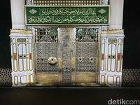 Replika gerbang menuju makam Nabi Muhammad SAW (kiri) dan makam Abu Bakar Ash Shiddiq dan Umar bin Khattab (Ardhi/detikcom)