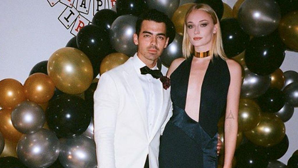 Penampilan Mengejutkan Joe Jonas Pakai Eyeshadow Ungu dan Highlighter