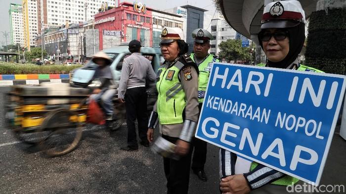 Petugas Dishub dan Polantas melakukan sosialisasi perluasan  ruas jalan ganjil genap di kawasan simpang besar Matraman, Jakarta Timur.