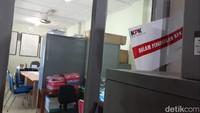 Pantauan detikcom, Selasa (20/8/2019) di ruang Bidang Air Das DPUPKP tampak ada salah satu pintu yang terkunci rapat. Ruang itu adalah ruang Bidang Sumber Daya Air (SDA) 1 yang berlokasi di lantai 3 Kantor DPUPKP Kota Yogyakarta.