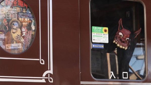 Terkait Festival Obon, pengelola kereta Randen Arashiyama Line menyelenggarakan acara tahunan Yokai Train alias Kereta Hantu sejak tahun 2007. Tahun ini perayaannya pada 11-15 Agustus kemarin (Twitter)