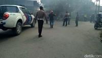 Kericuhan terjadi saat demonstrasi warga di DPRD Mimika, Papua. Foto: Saiman/detikcom