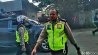 Polisi berupaya menghalau massa. Foto: Saiman/detikcom