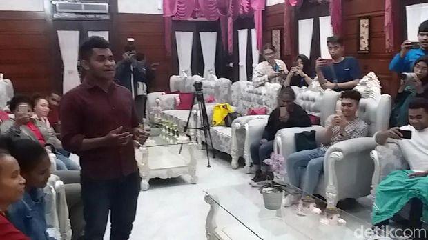 Mahasiswa Papua menyampaikan unek-unek kepada Risma