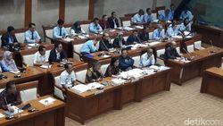 Sri Mulyani Rapat Bea Meterai dan BPJS Kesehatan di Komisi XI