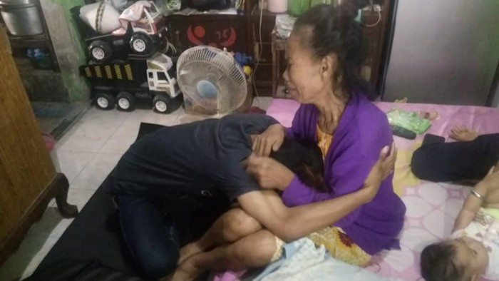 Si anak bersujud meminta maaf ibu (Foto: Istimewa)