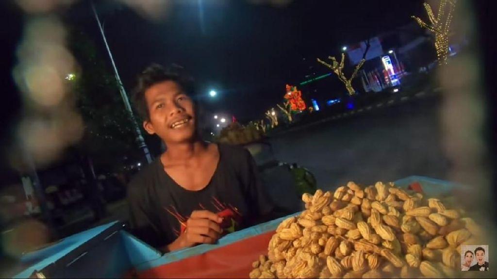 Lewat Social Experiment, Baim Wong Kasih Uang Segepok Buat Tukang Kacang