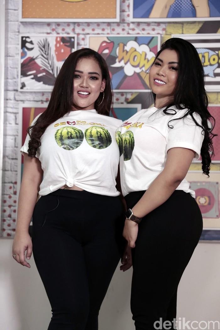 Kedua personil Duo Semangka mengatakan telah mengasuransikan payudara mereka di Singapura dengan nilai 1 Miliar rupiah. Alasannya untuk menghindari cedera atau kerusakan yang bisa terjadi pada aset karya mereka tersebut. Foto: Asep Syaifullah/detikHOT